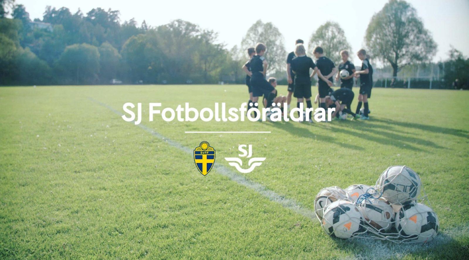 grönt gräs med barn som samlas på fotbollsplanen. sjs logo ligger över bilden