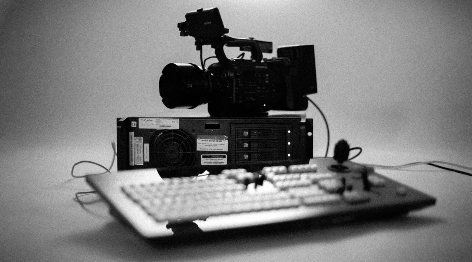 svartvit bild på filmkamera