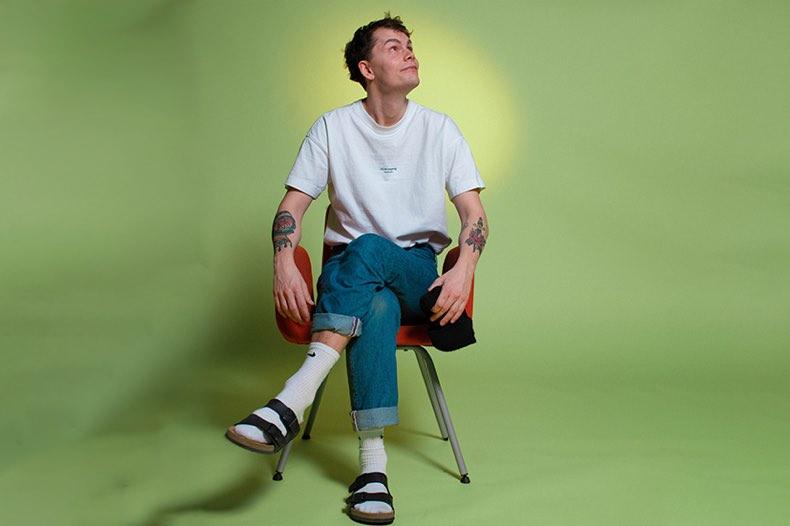 porträtt av viktor sittande på stol mot grön bakgrund